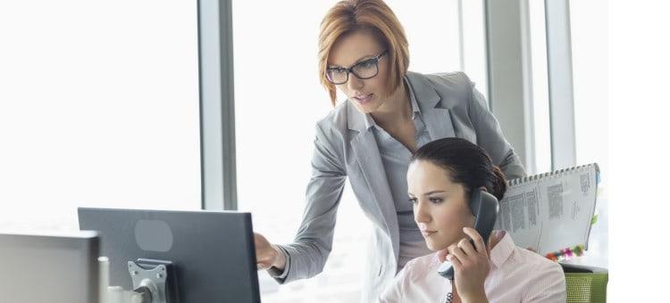 Directiva delegando tareas en trabajadora