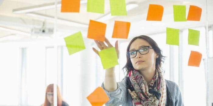 empresaria organizando sus proyectos y ayuda para dispersarte